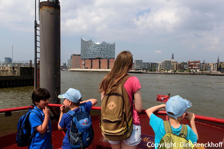 Hafenf&auml;hre und  Elbphilharmonie in der Hafencity, Hamburg, Deutschland<br /> port ferry and Elbphilharmonie in Hafencity, Hamburg, Germany