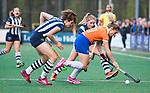 BLOEMENDAAL  - Hockey -  finale KNHB Gold Cup dames, Bloemendaal-HDM (1-1). Bloemendaal wint na shoot outs.  Julia Verschoor (HDM) met Chloe Watkins (Bldaal)   COPYRIGHT KOEN SUYK