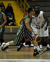 BOGOTA - COLOMBIA - 26-04-2013: Mendez (Der.) de Piratas de Bogotá, disputa el balón con Jaramillo (Izq.) de Academia de la Montaña de Medellin, abril 26 de 2013. Piratas y Academia de la Montaña en partido de la quinta fecha de la fase II de la Liga Directv Profesional de baloncesto en partido jugado en el Coliseo El Salitre. (Foto: VizzorImage / Luis Ramírez / Staff). Mendez (R) of Piratas from Bogota, fights for the ball with Jaramillo (L) of Academia de la Montaña from Medellin, April 26, 2013. Piratas and Academia de la Montaña in the fifth match of the phase II of the Directv Professional League basketball, game at the Coliseum El Salitre. (Photo: VizzorImage / Luis Ramirez / Staff).