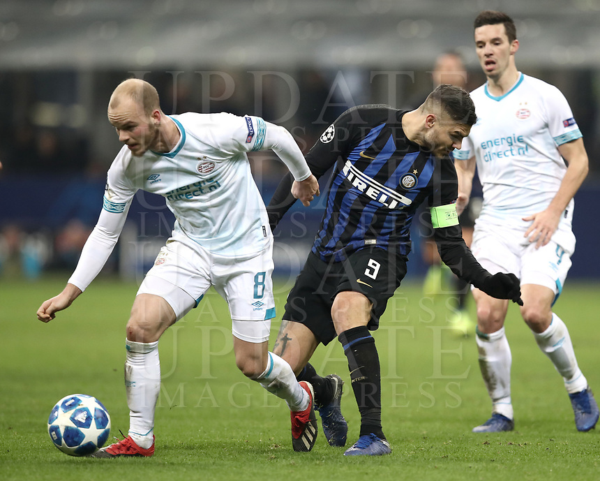 Football: UEFA Champions League -Group Stage - Group B - FC Internazionale Milano vs PSV Eindhoven, Giuseppe Meazza  (San Siro) Stadium, Milan Italy, December 11, 2018.<br /> Inter Milan's Captain Mauro Icardi (r) in action with PSV Eindhoven's Jorrit Hendrix (l) during the Uefa Champions League football match between Inter Milan and PSV Eindhoven at Giuseppe Meazza  (San Siro) Stadium in Milan on December 11, 2018. <br /> UPDATE IMAGES PRESS/Isabella Bonotto