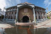 fachada y reflejo en el agua de lluvia del Edificio del Poder Judicial del Estado  en la colonia Centenario de Hermosillo, Sonora, Mexico