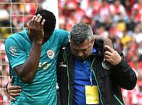 BOGOTA - COLOMBIA - 26-02-2017: Yair Arrechea (Izq.), jugador de Cortulua, se retira por lesión del partido por la fecha 6 entre Independiente Santa Fe y Cortulua, de la Liga Aguila I-2017, en el estadio Nemesio Camacho El Campin de la ciudad de Bogota. / Yair Arrechea (R), player of Cortulua, withdraws due to injury to the match of the date 6 between Independiente Santa Fe and Cortulua, for the Liga Aguila I -2017 at the Nemesio Camacho El Campin Stadium in Bogota city, Photo: VizzorImage / Luis Ramirez / Staff.