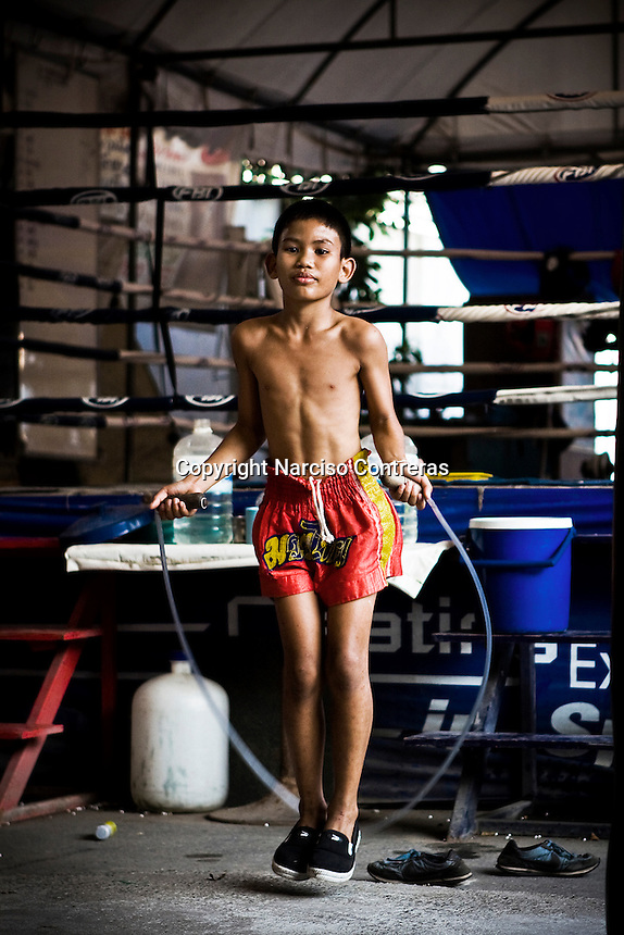 One Pi Chie 9 years old, a young kid fighter, is training at one of the street gyms in Bangkok. The gym at the Sam Soen neighborhood is managed by At, who is hosting and training over 10 kids an average. Over though is banned by law, in the streets of Thailand thousands of kids are training daily to attain a dream, become a Muay Thai champions one day, getting wealth and fame to leave out poverty and lackness instead. One by thousand each shall get it, meanwhile mostly of them will go keeping on the way to be someone.