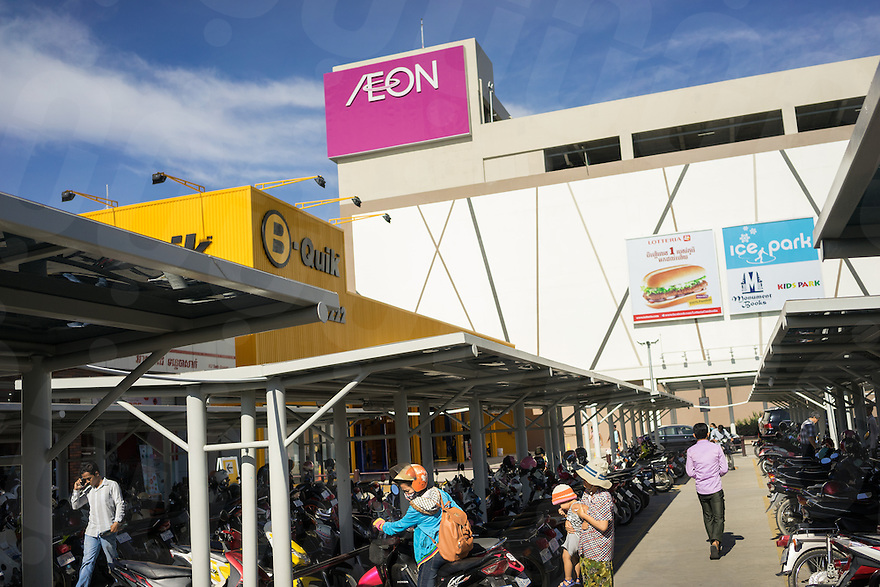 September 2, 2014 - Phnom Penh. People visit the recently opened AEON mall in Phnom Penh. © Thomas Cristofoletti / Ruom