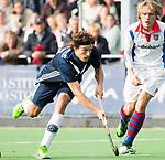 AMSTELVEEN - Lukas Sutorius (Pinoke) met Friso Liezenberg (SCHC) Hoofdklasse competitie heren. Pinoke-SCHC (0-1) . COPYRIGHT  KOEN SUYK