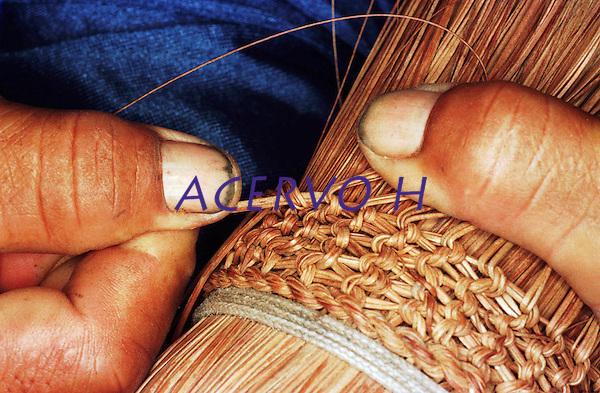 Detalha de vassoura artesanal produzida por &Iacute;ndios Werekena no alto rio Xi&eacute;, com fibras de pia&ccedil;aba(Leopold&iacute;nia p&iacute;assaba Wall). A fibra , um dos principais produtos geradores de renda na regi&atilde;o &eacute; coletada de forma rudimentar. At&eacute; hoje &eacute; utilizada na fabrica&ccedil;&atilde;o de cordas para embarca&ccedil;&otilde;es, chap&eacute;us, artesanato e principalmente vassouras, que s&atilde;o vendidas em v&aacute;rias regi&otilde;es do pa&iacute;s.<br />Alto rio Xi&eacute;, fronteira do Brasil com a Venezuela a cerca de 1.000Km oeste de Manaus.<br />06/06/2002.<br />Foto: Paulo Santos/Interfoto Expedi&ccedil;&atilde;o Werekena do Xi&eacute;<br /> <br /> Os &iacute;ndios Bar&eacute; e Werekena (ou Warekena) vivem principalmente ao longo do Rio Xi&eacute; e alto curso do Rio Negro, para onde grande parte deles migrou compulsoriamente em raz&atilde;o do contato com os n&atilde;o-&iacute;ndios, cuja hist&oacute;ria foi marcada pela viol&ecirc;ncia e a explora&ccedil;&atilde;o do trabalho extrativista. Oriundos da fam&iacute;lia ling&uuml;&iacute;stica aruak, hoje falam uma l&iacute;ngua franca, o nheengatu, difundida pelos carmelitas no per&iacute;odo colonial. Integram a &aacute;rea cultural conhecida como Noroeste Amaz&ocirc;nico. (ISA)