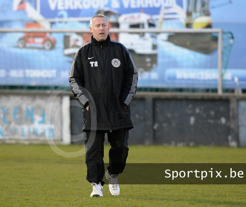 KM Torhout - FC Izegem :<br /> <br /> Trainer Frank Bruyneel lijkt gerust in de afloop<br /> <br /> foto VDB / BART VANDENBROUCKE