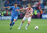 FUSSBALL  EUROPAMEISTERSCHAFT 2012   VORRUNDE Italien - Kroatien                    14.06.2012 Antonio Di Natale (li, Italien) gegen Ivan Strinic (re, Kroatien)