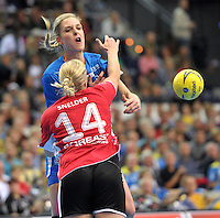 Handball 1. Bundesliga Frauen 2013/14 - Handballclub Leipzig (HCL) gegen Thüringer HC (THC) am 30.10.2013 in Leipzig (Sachsen). <br /> IM BILD: Susann Müller / Mueller (HCL) gegen Danick Snelder (THC) <br /> Foto: Christian Nitsche / aif / aif
