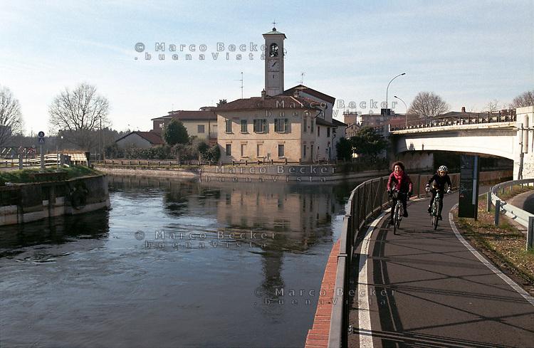 Castelletto frazione di Abbiategrasso (Milano). La diramazione del Naviglio di Bereguardo dal Naviglio Grande. Pista ciclabile --- Castelletto Abbiategrasso (Milan). The issuing of the canal Naviglio di Bereguardo from the canal Naviglio Grande. Bicycle lane