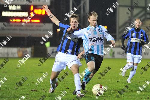 2011-12-26 / voetbal / seizoen 2011-2012 / Verbroedering Geel-Meerhout - Vigor Wuitens Hamme / David Vandecauter (r) (VGM) ontwijkt een tackel van Nicolas De Lange (l) (Vigor Hamme)