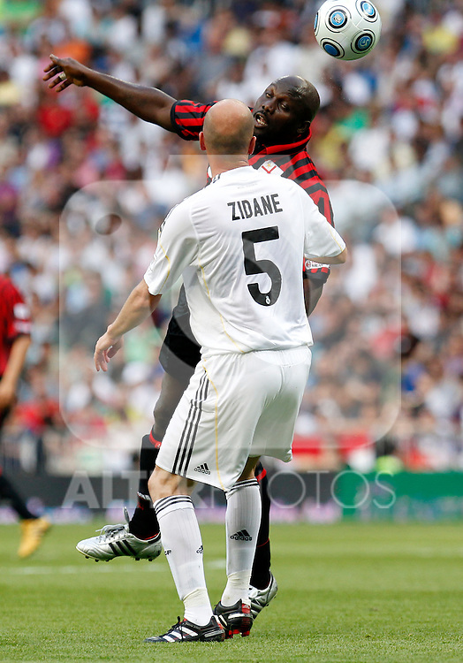 Madrid (30/05/10).- Estadio Santiago Bernabeu..Corazon Classic Match 2010.Real Madrid Veteranos 4- Milan Glorie 3.George Weah y Zinedine Zidane...Photo: Alex Cid-Fuentes/ ALFAQUI.