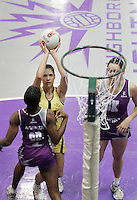 04 MAY 2007 - LOUGHBOROUGH, UK - Charlotte Beenham - Loughborough Lightning (Purple) v Northern Thunder (Yellow). (PHOTO (C) NIGEL FARROW)