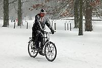 Man fietst in een heftige sneeuwbui