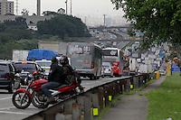 SAO PAULO, SP, 14/03/2013, TRANSITO RODOVIA DUTRA. A Rodovia Dutra apresenta transito intenso no sentido  da capital paulista nessa Quinta-Feira!14). LUIZ GUARNIERI/BRAZIL PHOTO PRESS.