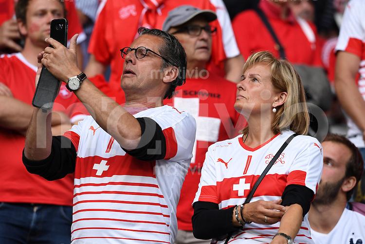 FUSSBALL EURO 2016 GRUPPE A IN LILLE Schweiz - Frankreich     19.06.2016 Die Eltern von Torwart Yann Sommer auf der Tribuene