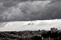 SÃO PAULO, 13 DE MARÇO 2013 - CLIMA TEMPO SP - Nuvens carregadas  na região central  capital paulista na manhã desta quarta-feira(13). - FOTO: LOLA OLIVERIRAS/BRAZIL PHOTO PRESS