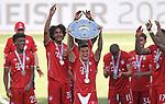 27.06.2020, Fussball: nph00001 1. Bundesliga 2019/2020, 34. Spieltag, VfL Wolfsburg - FC Bayern Muenchen, in der Volkswagen-Arena Wolfsburg. Siegerehrung nach dem Spiel: Der FC Bayern MŸnchen feiert den Gewinn der 30. Deutschen Meisterschaft. Philippe Coutinho (mi., Bayern MŸnchen) mit der Schale<br /><br />Foto: Bernd Feil/M.i.S./ /Pool/nordphoto<br /><br />Nur fŸr journalistische Zwecke! Only for editorial use! <br /><br />GemŠ§ den Vorgaben der DFL Deutsche Fussball: nph00001 Liga ist es untersagt, in dem Stadion und/oder vom Spiel angefertigte Fotoaufnahmen in Form von Sequenzbildern und/oder videoŠhnlichen Fotostrecken zu verwerten bzw. verwerten zu lassen. DFL regulations prohibit any use of photographs as image sequences and/or quasi-video.    <br /><br />National and international NewsAgencies OUT.