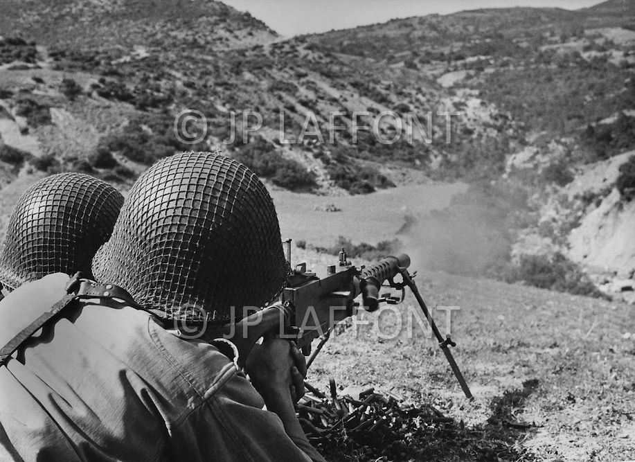 Ecole Militaire d'Infanterie de Cherchell, Algérie, Aout 1960. 2 EOR (Eleves Officiers de Reserves) Live firing excercise using US machine gun M 30.