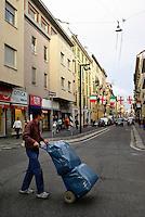 milano, quartiere sarpi - chinatown. trasporto merci su carrelli --- milan, sarpi district - chinatown. goods transport with trolleys