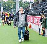 AMSTELVEEN -  Fotograaf Ben Haeck op weg naar de hoofdklasse hockeywedstrijd dames,  Amsterdam-Den Bosch.   COPYRIGHT KOEN SUYK