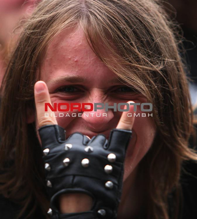 Wacken Heavy Metal Festival 2008<br /> <br /> 2.Tag beim Wacken Festival. Heute regnet es, was der Stimmungen keinen Abbruch tut, im Gegenteil. Dieses Zeichen steht f&uuml;r Metal und Wacken. An diesem Wochenende Mittelpunkt der Heavy Metalszene in ganz Europa.<br /> <br /> <br /> Foto &copy; nph (nordphoto)<br /> <br /> *** Local Caption ***