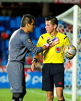CALI - COLOMBIA - 25-04-2016: Jonathan Ortiz (Der.) arbitro, dialoga con Julian Meza (Izq.) portero de Deportes Quindio, durante partido por la fecha 11 del Torneo Aguila 2016, entre America de Cali y Deportes Quindio, jugado en el estadio Pascual Guerrero de la ciudad de Cali. / Jonathan Ortiz (R) referee, speaks with Julian Meza (L) goalkeeper of Deportes Quindio, during a match for the date 11 for the Torneo Aguila 2016, between America de Cali and Deportes Quindio, played at the Pascual Guerrero stadium in Cali city. Photo: VizzorImage / Nelson Rios / Cont.