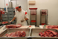 Supermercato Coop. Coop supermarket. .Macellai mentre preparano e impacchettano la carne..Butchers while prepare and package meat...