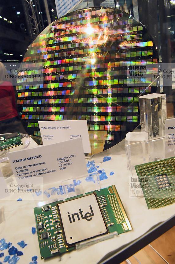 - SMAU, international exibition of electronics, computer and technological innovation, Intel silicon wafer..- SMAU, salone internazionale dell'elettronica, informatica e innovazione tecnologica, wafer silicio Intel