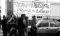 Genova, Luglio 2002.Davanti la scuola Diaz.Manifestazione a un anno dalla morte di Carlo Giuliani ucciso dalle forze dell'ordine durante le manifestazioni contro il G8 del 2001
