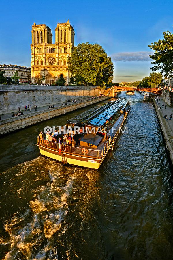 Passeio em barco de turistas no Rio Sena,  Catedral de Notre Dame, Paris. França. 2016. Foto de Juca Martins.