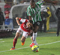 BOGOTA -COLOMBIA. 07-05-2014. Luis Seijas (Izq)  de Independiente Santa Fe disputa el balon  contra Alexis Henriquez  del  Atlético Nacional  partido de ida por las semifinales  de  La Liga Postobon  jugado en el estadio El Campin . Luis Seijas (L) of Independiente Santa Fe dispute the balloon against Alexis Henriquez of  Atletico Nacional for the first leg to the  Liga Postobon I played at El Campin. Photo: VizzorImage / Felipe Caicedo / Staff