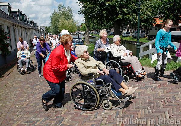 Seniorenvierdaagse in Monnickendam. Vrijwilligers wandelen met senioren. Toestemming gekregen van de organisatie om de foto redactioneel te gebruiken