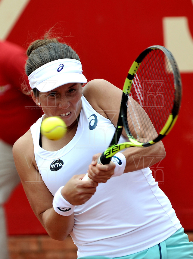BOGOTA - COLOMBIA - 15-04-2016: Irina Falconi de Estados Unidos, devuelve la bola a Catalina Pella de Argentina, durante partido por el Claro Colsanitas WTA, que se realiza en el Club El Rancho de Bogota. / Irina Falconi from United States, returns the ball to Catalina Pella of Argentina, during a match for the WTA Claro Colsanitas, which takes place at Club El Rancho de Bogota. Photo: VizzorImage / Luis Ramirez / Staff.