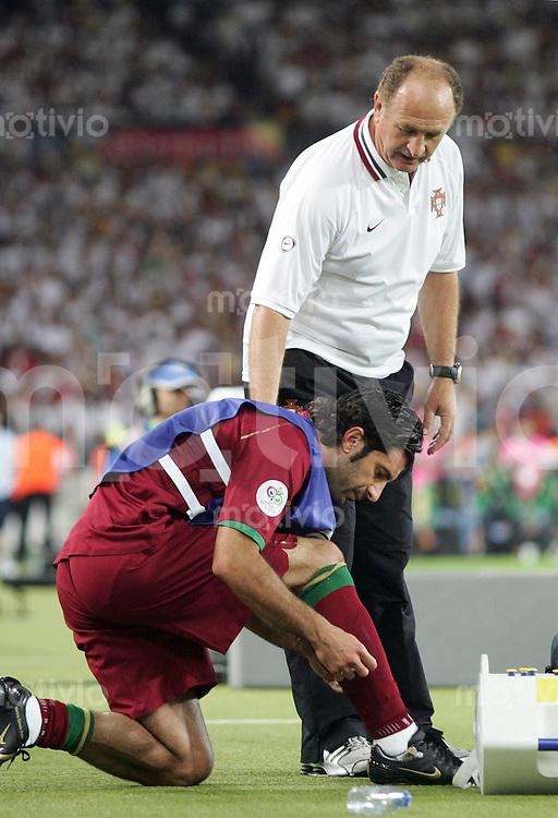 Fussball WM 2006 Spiel um Platz 3 Deutschland - Portugal Luis Filippe Scolari (Trainer POR rechts) gibt Luis Figo (links) vor seiner Einwechslung letzte Anweisungen