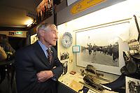 SCHAATSEN: HINDELOOPEN: Schaatsmuseum, 18-01-2013, Elfstedenreünie van de Elfstedentocht van 1963, winnaar Reinier Paping bij de finishfoto, ©foto Martin de Jong