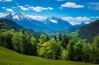 Deutschland, Bayern, Berchtesgadener Land, bei Oberau (Berchtesgaden): Blick ueber Berchtesgaden in die Berchtesgadener Alpen mit Watzmann (links) 2.713 m und Hochkalter 2.607 m (Mitte) und Reiter Alpe - auch Reiter Alm genannt   Germany, Upper Bavaria, Berchtesgadener Land; near Oberau (Berchtesgaden): view across Berchtesgaden towards Berchtesgaden Alps with summits Watzmann 2.713 m (left) and Hochkalter 2.607 m (middle) and Reiter Alpe mountain range, also called Reiter Alm