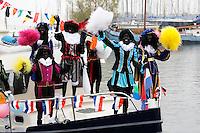 Monnickendam- Intocht van Sinterklaas. Boot met zwarte Zwarte Pieten