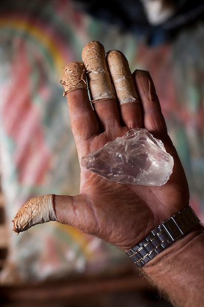 Sao Jose da Safira_MG, Brasil...Lapidacao de cristais para venda a um chines em Sao Jose da Safira, Minas Gerais...Crystals production for sale to a Chinese in Sao Jose da Safira, Minas Gerais...Foto: LEO DRUMOND / NITRO