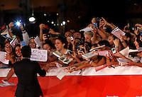 """L'attore statunitense Josh Hutcherson saluta le fans dal red carpet per la presentazione del film """"Escobar: Paradise Lost"""" al Festival Internazionale del Film di Roma, 19 ottobre 2014.<br /> U.S. actor Josh Hutcherson greets fans as he poses on the red carpet to present the movie """"Escobar: Paradise Lost"""" during the international Rome Film Festival at Rome's Auditorium, 19 October.<br /> UPDATE IMAGES PRESS/Riccardo De Luca"""