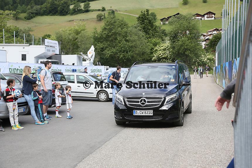 Fans warten auf die Nationalelf - Abschlusstraining der Deutschen Nationalmannschaft gegen die U20 im Rahmen der WM-Vorbereitung in St. Martin