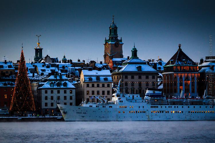 Sjörök och kallt vid vattnet Skeppsbron Gamla stan Stockholm