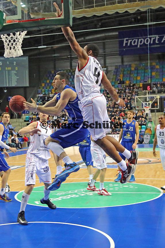 Andy Rautins (Skyliners) gegen Isaiah Swann (Braunschweig) - Fraport Skyliners vs. New Yorker Phantoms Braunschweig, Fraport Arena Frankfurt