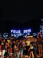 SAO PAULO, SP, 06 DE JANEIRO 2012 - SHOW DE LUZES NATAL ILUMINANDO - Publico acompanha ultima noita do show de luzes do Natal Iluminado do Parque Ibirapuera, na zona sul de São Paulo, na noite deste domingo, 06. (FOTO: WILLIAM VOLCOV / BRAZIL PHOTO PRESS).