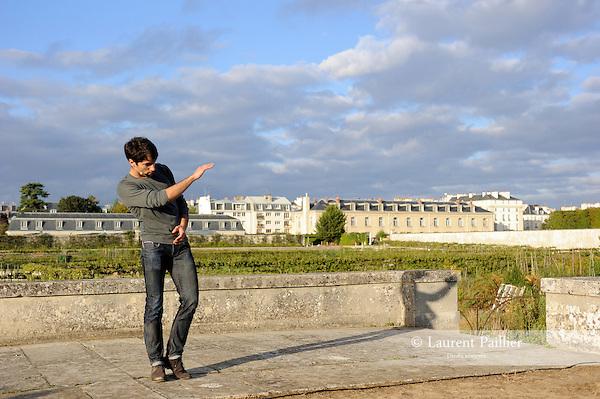 SIGNE BLANC<br /> <br /> Cr&eacute;&eacute; et dans&eacute; par : No&eacute; Soulier<br /> Cadre : Plastique Danse Flore 2012<br /> Lieu : Potager du roi<br /> Ville : Versailles<br /> Le : 14/09/2012<br /> (c) Laurent Paillier / photosdedanse.com<br /> All rights reserved