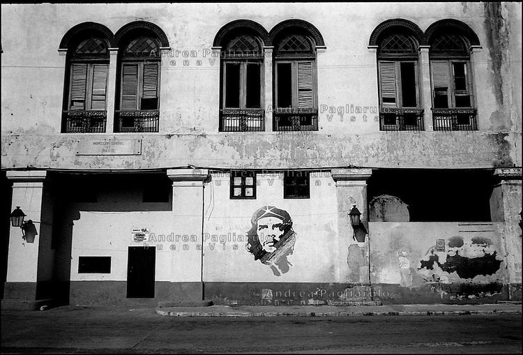 Cuba, Havana.<br /> Murales di Che Guevara per le vie del centro.<br /> Cuba, Havana.<br /> Che Guevara murals in the streets of Havana.