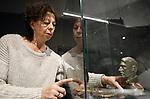 """Foto: VidiPhoto<br /> <br /> GROESBEEK – Medewerkers van het nieuwe Vrijheidsmuseum in Groesbeek leggen donderdag de laatste hand van de expositie """"Bezet, bevrijd en geplunderd"""". Daarin wordt aandacht geschonken aan de plunderingen van geallieerde troepen in bevrijd gebied, met name de regio Nijmegen en de Betuwe. Uit gedegen onderzoek blijkt dat de bevrijders van hoog tot laag zichzelf wisten te verrijken met kostbaarheden uit woningen, banken, kloosters en kerken. Vrijwel ieder huis werd leeggeroofd. Naast een expositie wordt vrijdag ook een boek gepubliceerd over dit onderwerp."""