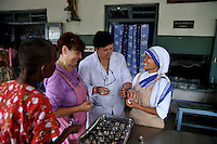 Nun of Missionaries of Charity and volunteers during work at Prem dan - a home for physically and mentally challenged run by the missionaries of Charity, Kolkata, West Bengal, India. 21st August 2010. Arindam Mukherjee. Missionaries of Charity was founded by Mother Teresa