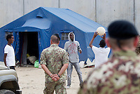Migranti nella tendopoli allestita presso la stazione Tiburtina a Roma, 16 giugno 2015.<br /> Migrant play in the tent camp set up near the Tiburtina raiway station in Rome, 16 June 2015. Italy is facing a huge flow of migrants brought to Sicily after rescue at sea, many of whom are trying to join their relatives in northern Europe. <br /> UPDATE IMAGES PRESS/Riccardo De Luca