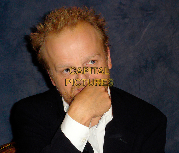 TOBY JONES .Photocall at the Beverly Wilshire in Beverly Hills, USA. October 4th 2006 .Ref: AW .headshot portrait beard facial hair hand.www.capitalpictures.com.sales@capitalpictures.com.©Anita Weber/Capital Pictures.
